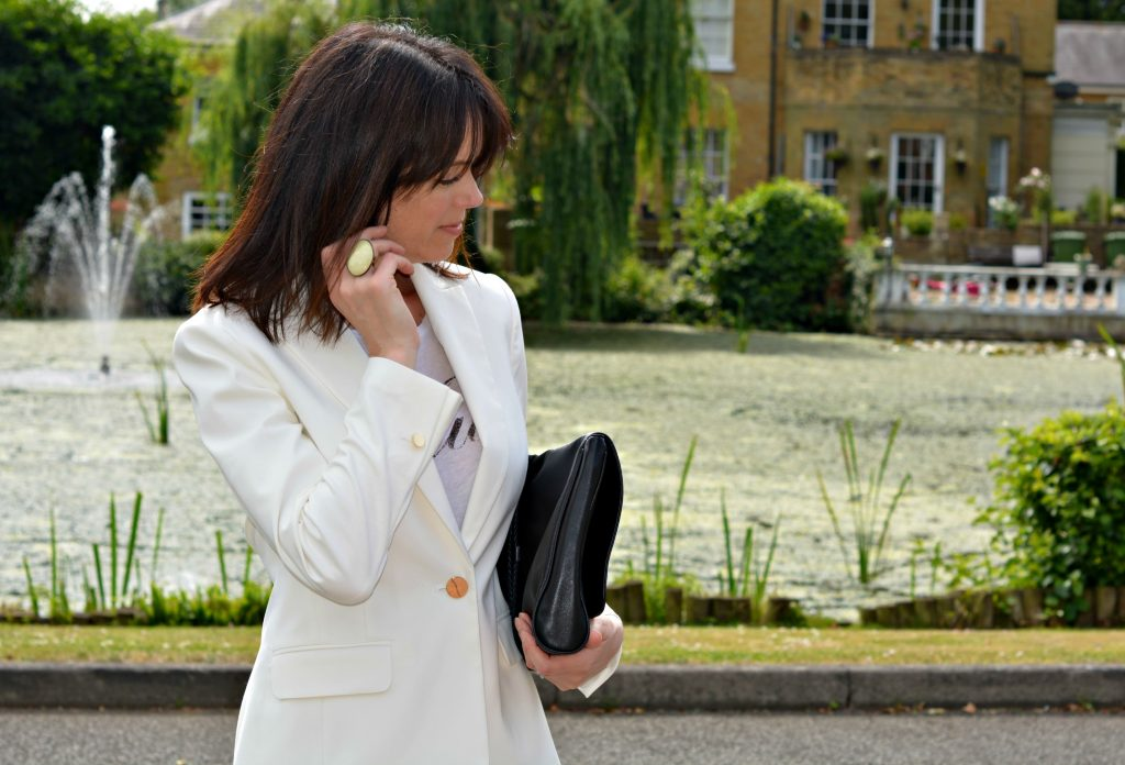 How to wear all white over 40 - White blazer White skinny jeans Black Raoul clutch Black high heel sandals white Isabel Marant ring