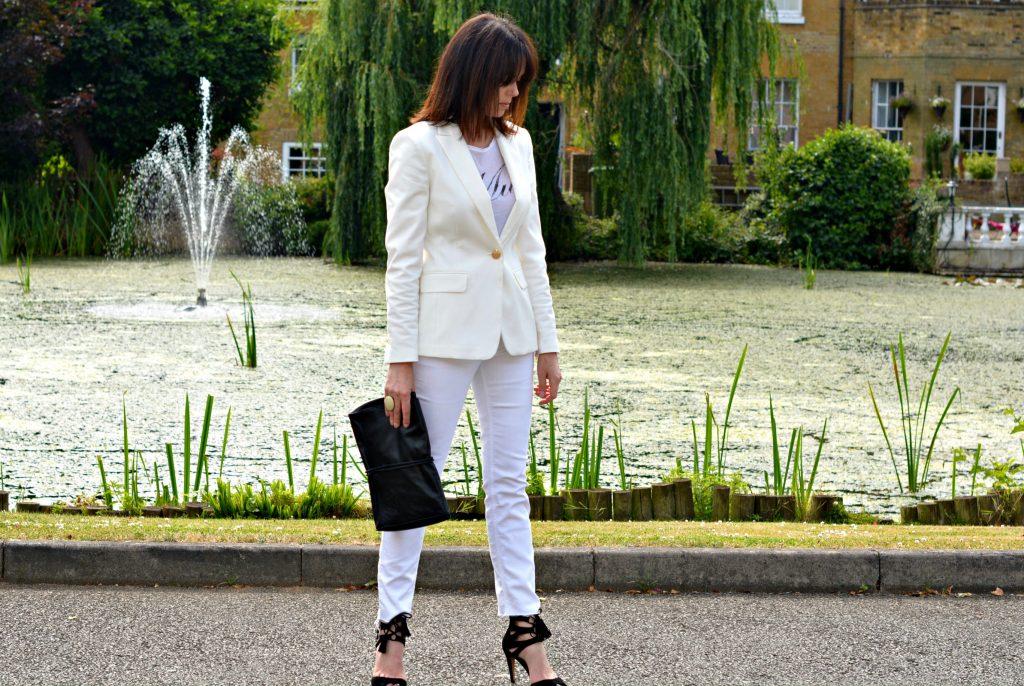 How to wear all white over 40 - White blazer White skinny jeans Black clutch Black high heel sandals - details on retrochicmama.com